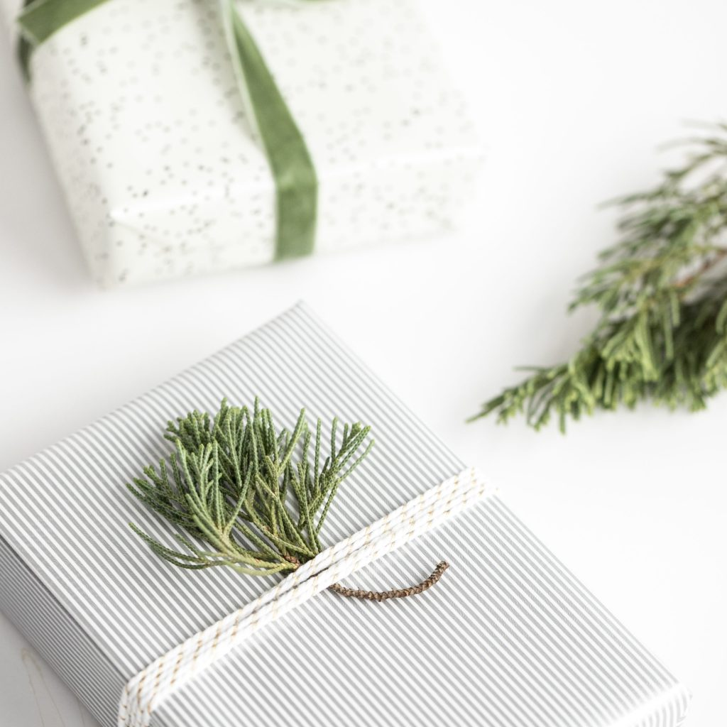 Stuck on ideas zero waste gift giving ideas gifts? Check out list of 20+ eco friendly gifts for any occasion!